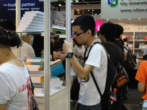 Image of Students buying the Dictionary of Hong Kong English
